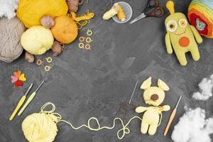 laine colorée avec poupées et espace copie photo