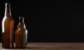 bouteilles de bière sur fond noir photo