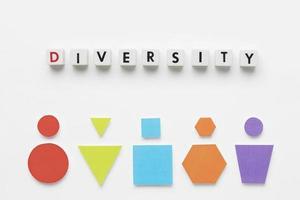 Formes géométriques colorées à plat et diversité de lettrage sur fond blanc photo