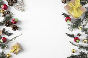 composition de noël de coffrets cadeaux avec des branches photo