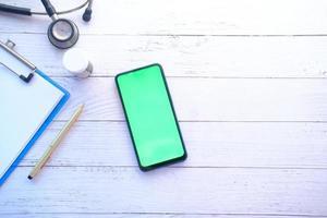 téléphone à plat avec maquette d & # 39; articles médicaux photo