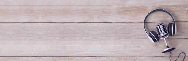 microphone rétro et écouteurs isolés sur table en bois photo