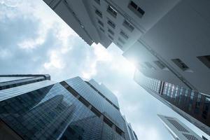 vue du ciel et du verre de gratte-ciel d'affaires modernes photo