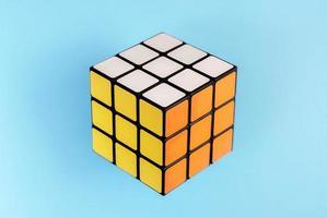 cube de rubik sur fond bleu. photo
