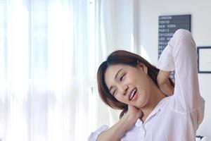 Portrait de femme asiatique au lit en vacances photo