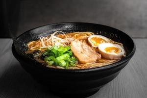 Bol de ramen japonais appétissants pour une portion individuelle photo