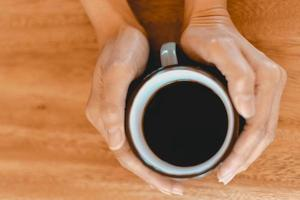 Tasse de café noir sur la table en bois photo