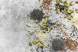 mélanger différentes graines pour une salade saine photo