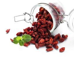 baies de goji rouges sèches pour une alimentation saine. photo
