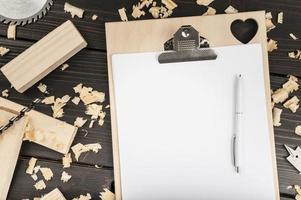 Presse-papiers avec espace copie, dessus de bureau avec copeaux de bois photo