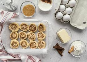 ingrédients de roulé à la cannelle à plat avec des œufs photo