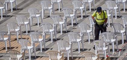 Espagne, août 2020 - fauteuils désinfectants homme photo