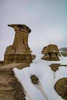 la neige fond sur les hoodoos photo