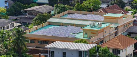vue aérienne des cellules solaires sur le toit photo