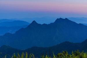 High angle viewpoint coucher de soleil sur les montagnes et la forêt photo