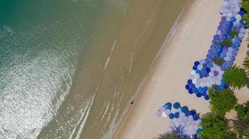 Vue de dessus aérienne de la belle plage au matin en Thaïlande photo
