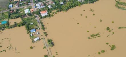 Vue aérienne de dessus des rizières inondées et du village photo