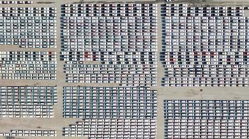Vue aérienne du parking pour voitures neuves photo