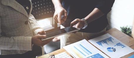 groupe d'hommes d'affaires et de comptables remue-méninges avec une tablette numérique pour une enquête sur un compte de corruption. concept anti-corruption. photo