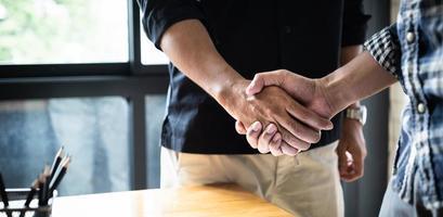 image d'hommes d'affaires prospères, négociation de partenariat après acquisition. réunion pour la signature des contrats et le concept de soutien de groupe. photo