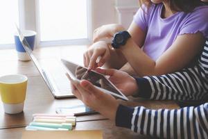 concept de coronavirus. les couples en quarantaine regardant la même tablette pour appeler leurs parents par vidéo photo