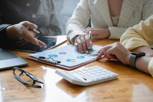 les gestionnaires de fonds consultent et discutent de l'analyse, de l'investissement en bourse par la paperasserie photo