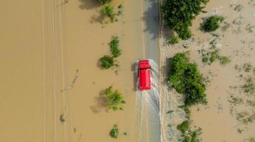 Vue aérienne de la route de campagne avec une voiture rouge photo