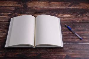 cahier vide et stylo sur le bureau photo
