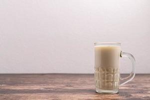 un verre de lait sur le bureau photo