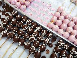 Boules de beignets sucrés empilés sur une assiette blanche photo