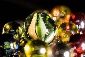 perles de verre colorées en miroir sur fond noir photo