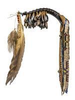Hochet de danse de la corne indienne d'Amérique du Nord avec des sabots et des plumes de cerf photo