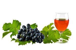 Vin rouge avec des pointes rouges et des raisins isolés sur blanc photo