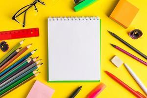 ensemble de fournitures scolaires sur fond jaune avec copie spce photo