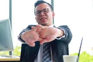 bel homme d'affaires étend ses bras et poignets dans un bureau moderne photo