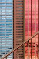 motifs géométriques sur la façade du bâtiment avec des reflets de ciel et de nuages photo