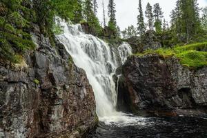 belle cascade dans le nord de la suède photo