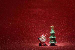 fond rouge brillant avec le père noël et fond d'arbre de Noël photo