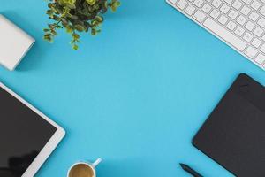 tablette avec clavier sur table bleue photo