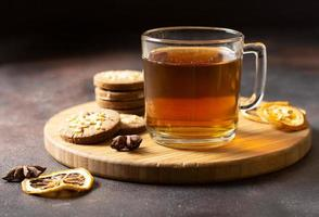 boisson d'hiver au thé avec biscuits photo