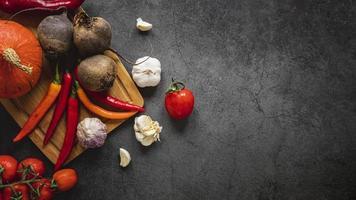 Vue de dessus assortiment de légumes avec fond d'espace copie sombre photo