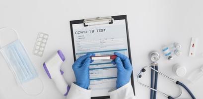 vue de dessus médecin vérifiant le test de covid photo