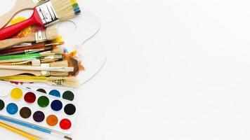 vue de dessus divers pinceaux avec palette de couleurs photo