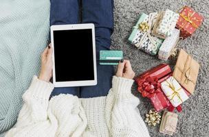 femme avec des cadeaux, carte de crédit avec tablette photo