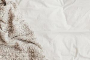 drap de lit blanc à carreaux en laine photo