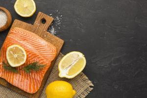 tranches de citron et cadre de saumon photo