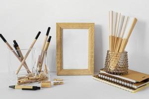Cadre en bois vide sur un bureau blanc photo