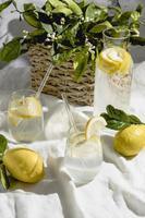 Eau de citron sur drap blanc photo
