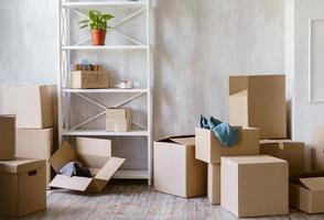 boîtes de déménagement dans une nouvelle maison photo
