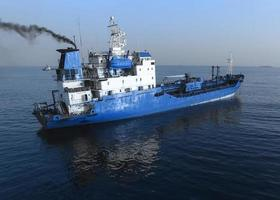 vue aérienne du navire bleu à la surface de la mer. photo